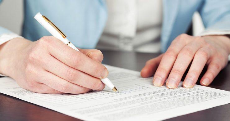 Mężczyzna podpisujący umowę rozłożenia długu na raty