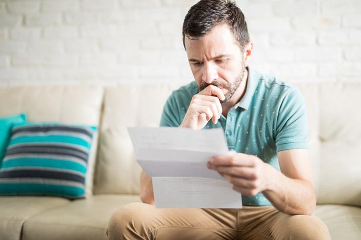 Mężczyzna z powiadomieniem o zadłużeniu