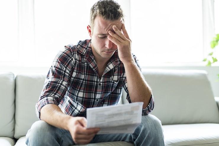 Mężczyzna zmartwiony wysokością zadłużenia