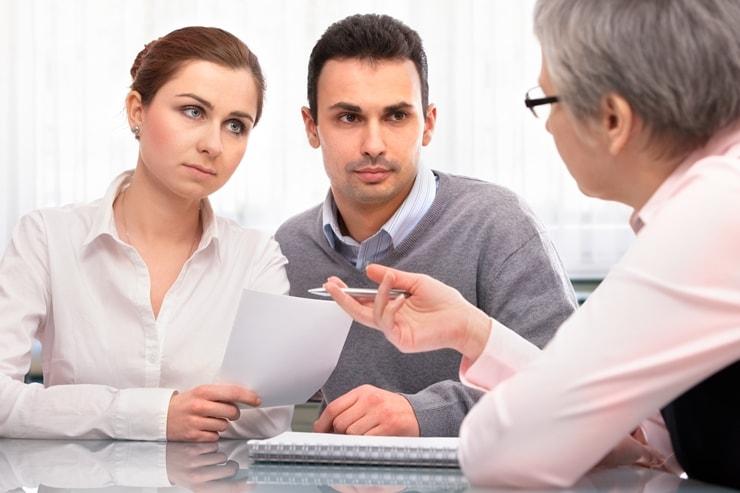 Młode małżeństwo rozważające kredyt konsolidacyjny